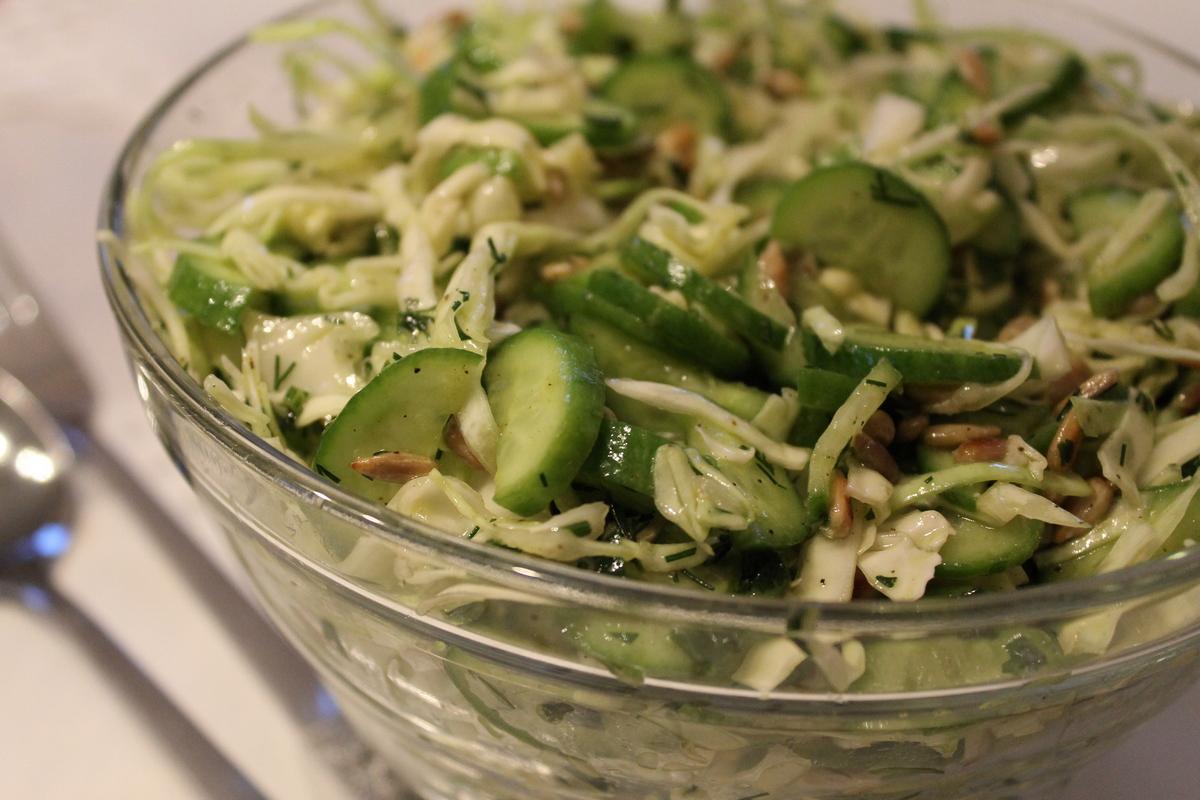 Салат из белой капусты со свежими огурцами и семечками подсолнуха