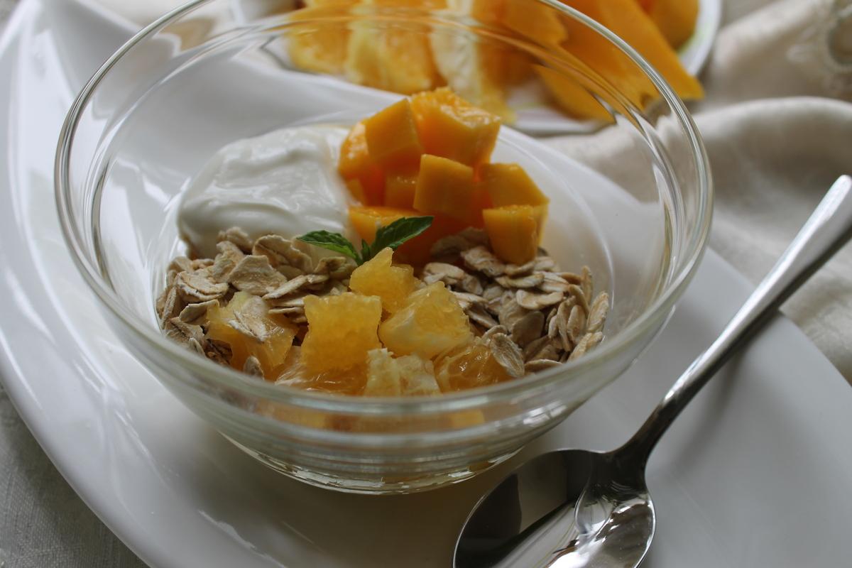 Мюсли-йогурт с дольками манго и апельсина