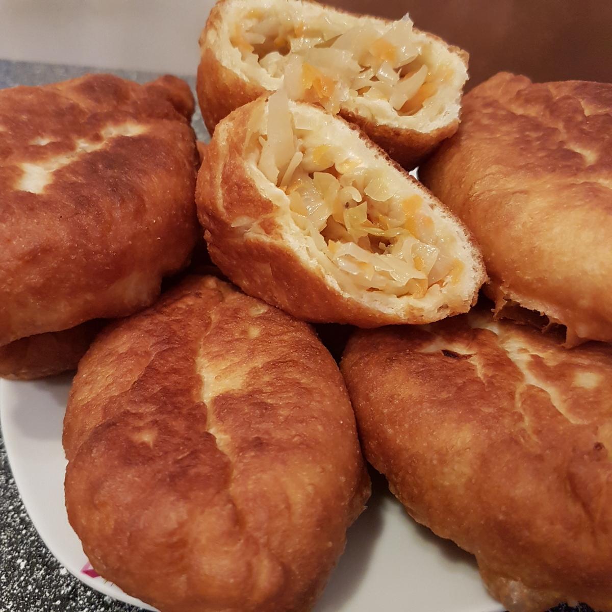 Пирожки с начинкой из кислой, тушёной капусты
