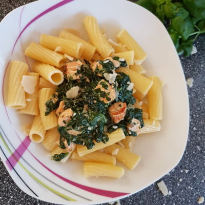 макароны со шпинатом и красной рыбой